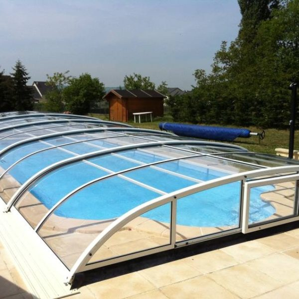 Abri de piscine t lescopique sur rail conforme norme de for Norme securite piscine